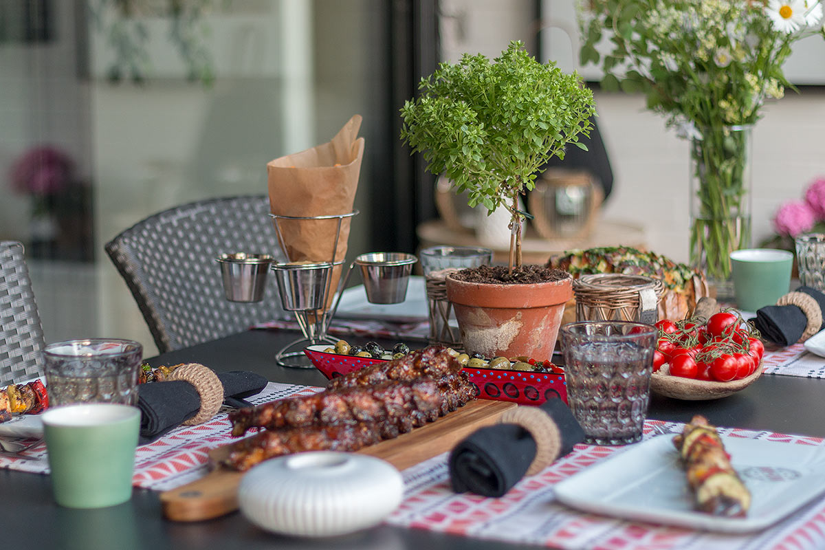 Grillabend mit Rippchen, Zupfbrot, Gemüsespießen und Oliven