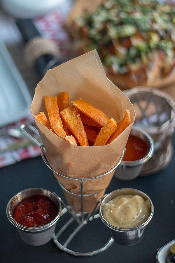 Süßkartoffelpommes im Pommeshalter von DEPOT