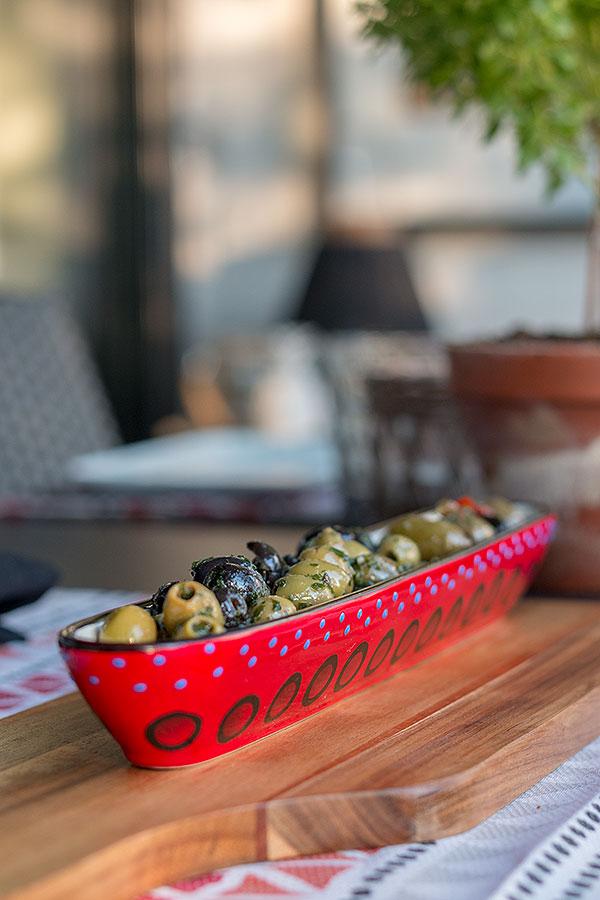 eingelegte Oliven im Olivenboot von DEPOT zum Grillen