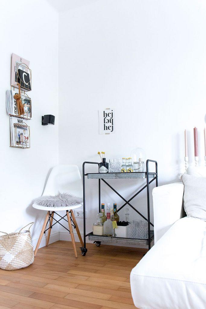 whiteiinterior-mit-barwagen-im-wohnzimmer