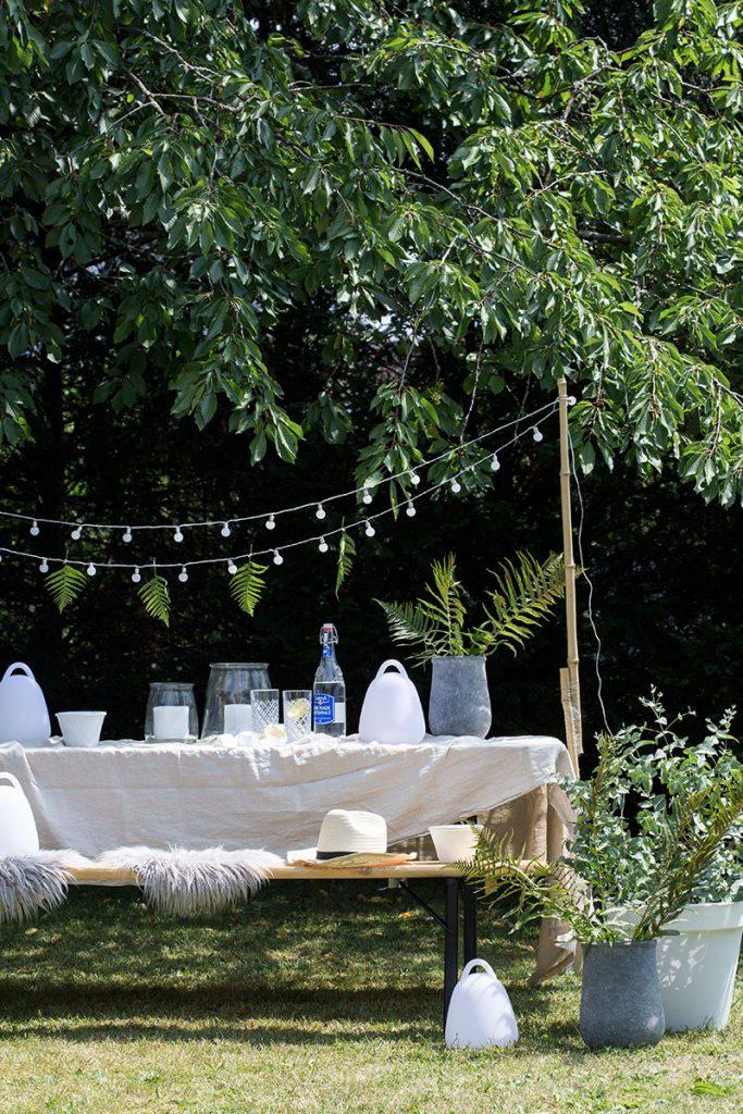 Gartendekoration-mit-Lichtern-und-Pflankuebeln