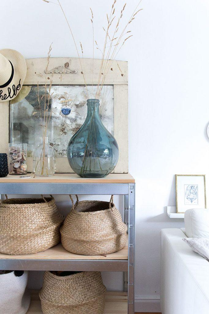 blaue-ballonvase-fuer-ein-wohnzimmer-im-maritimen-look