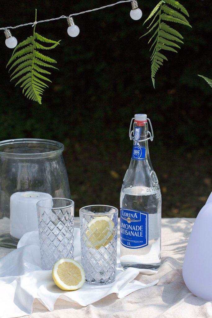 gekuehlte-limonade-mitzitrone-im-sommer