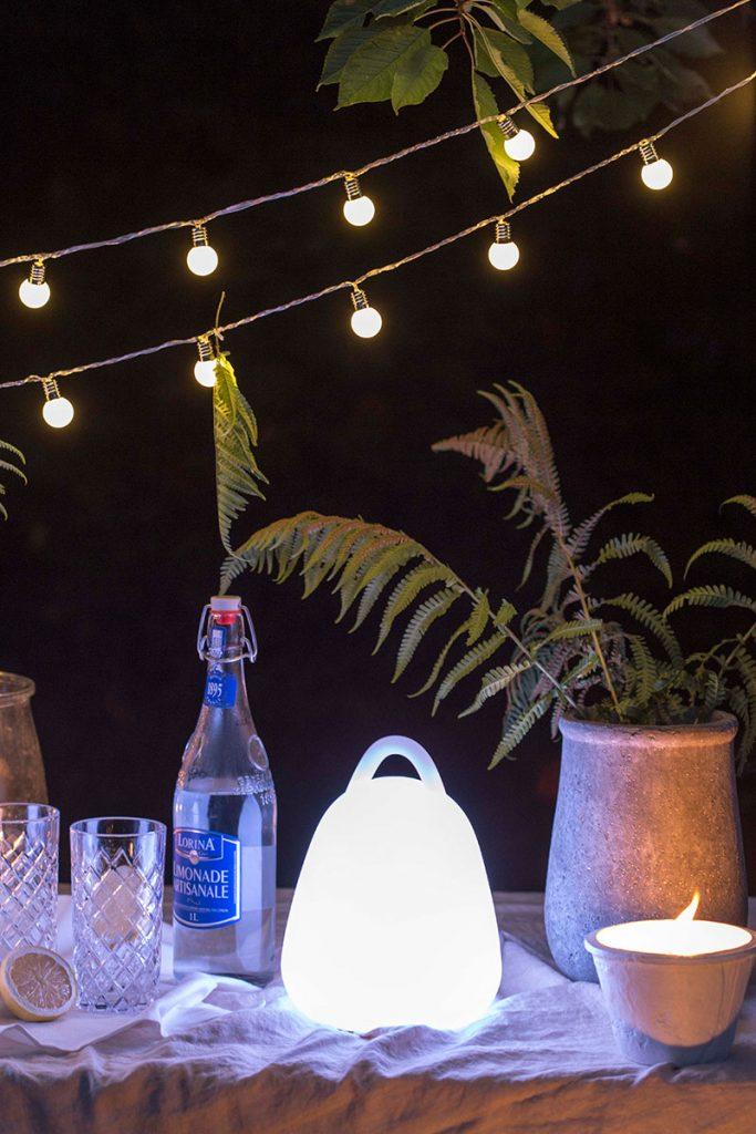 gemuetliche-atmosphaere-mit-gartenlichtern