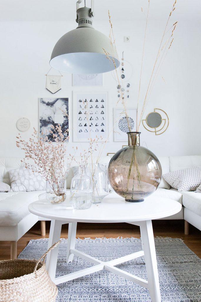 wohnzimmer-im-natuerlichen-skandilook-mit-ballonvase