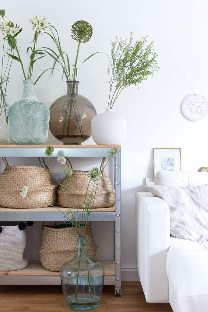 wohnzimmerdeko-im-natuerlichen-look-mit-vielen-ballonvasen
