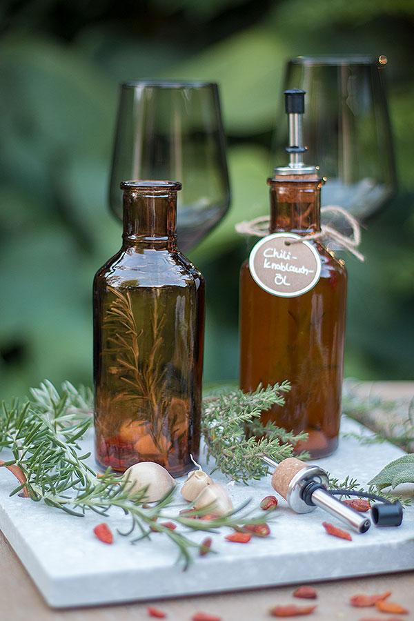 Essig und Öl aromatisieren mit Kräutern, Chili und Knoblauch