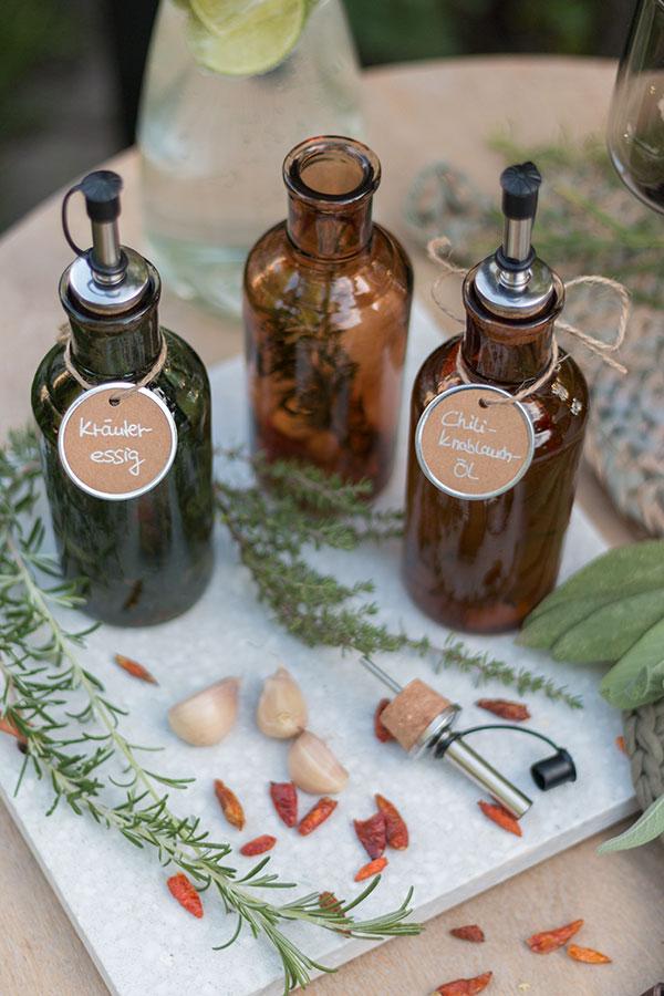 Kräuteressig und Chili-Knoblauch-Öl selbermachen