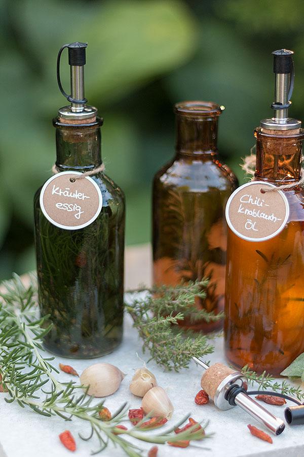 Öl und Essig aromatisiert selbermachen