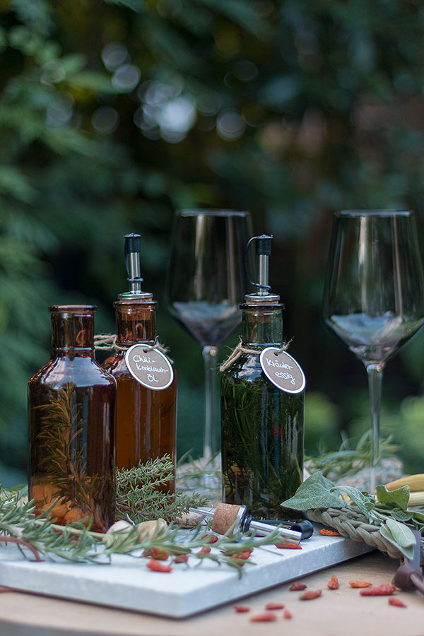 leicht selbermachen: Kräuteressig und Chili-Knoblauch-Öl