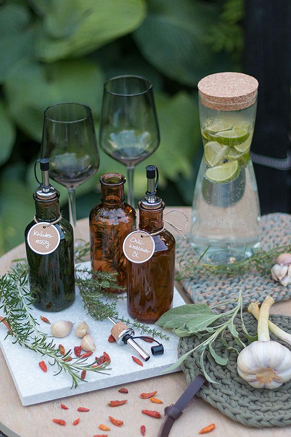 Selbermachen: Kräuteressig und Chili-Knoblauch-Öl