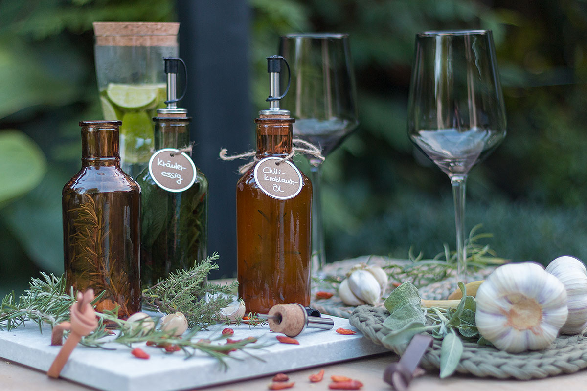 soooo lecker: selbst gemachtes Chili-Knoblauch-Öl und Kräuteressig