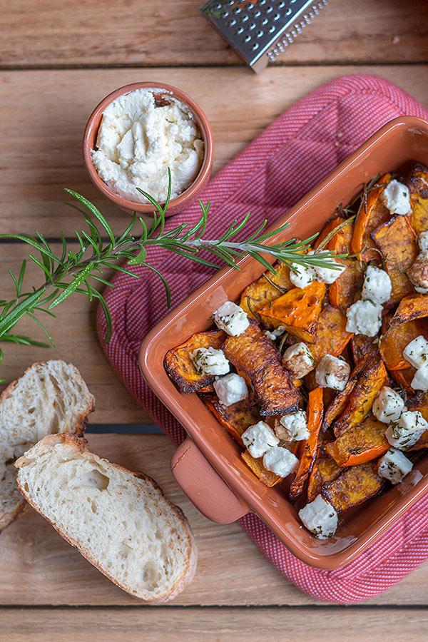 Ofenkürbis mit Fetakäse , Kräutern und Honig