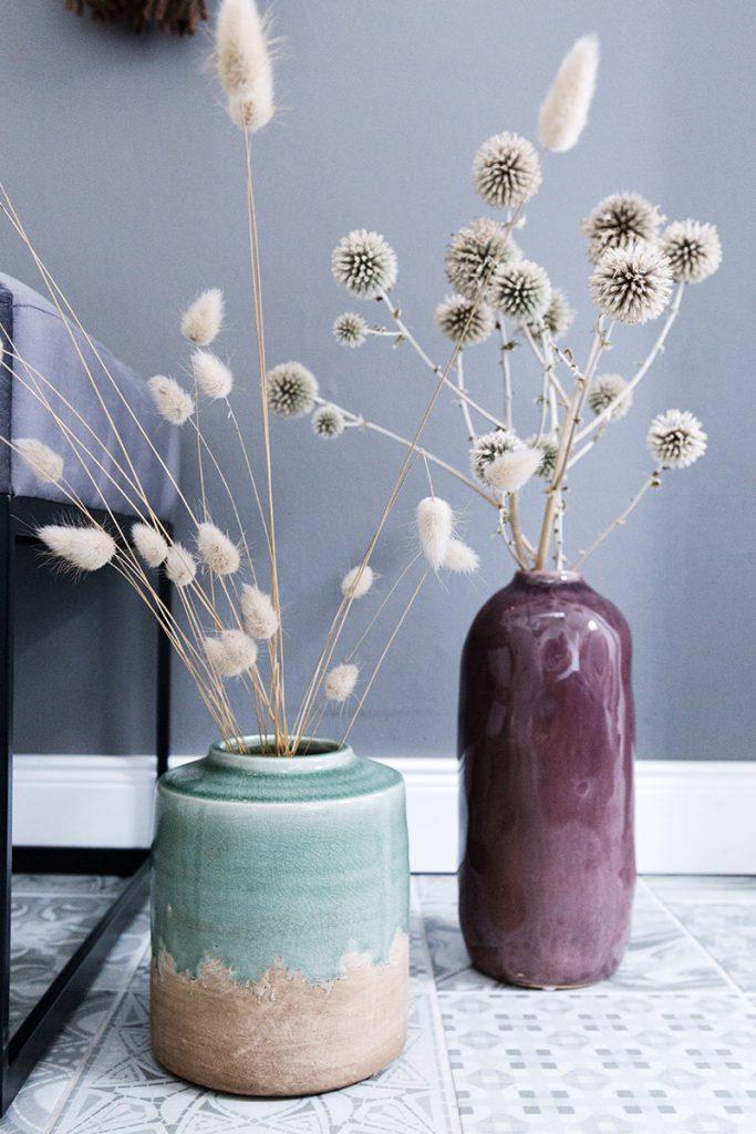 vasen-in-herbstfarben-mit-graesern