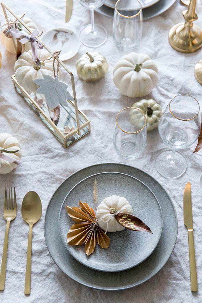thanksgiving-tischdeko-in-weiss-und-gold