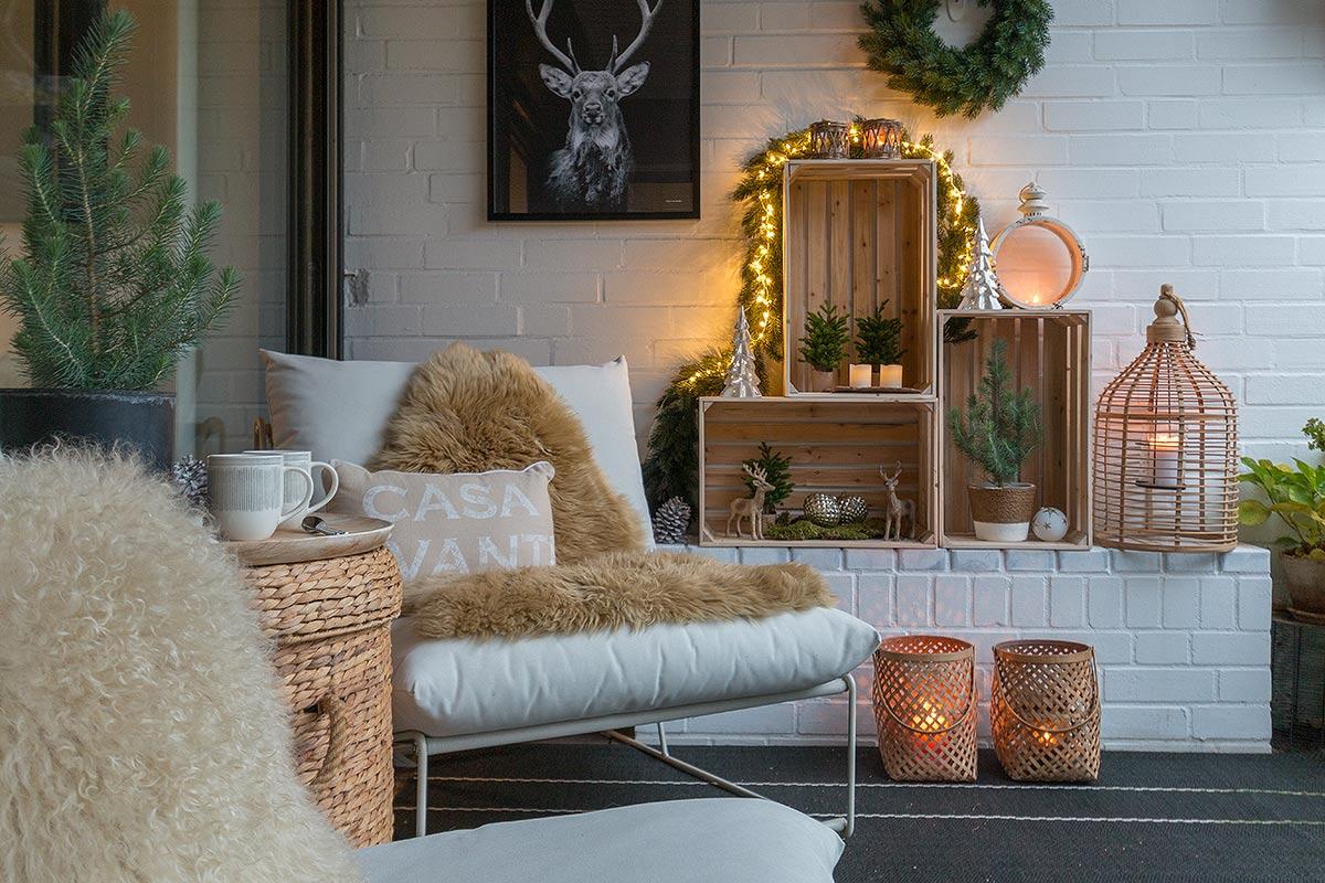 Auf der Terrasse weihnachtlich dekorieren mit Weinkisten