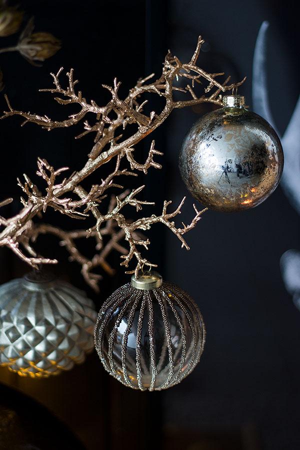 Winterast mit Weihnachtskugeln geschmückt