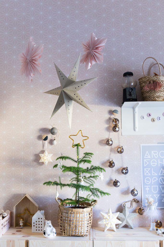 mini-weihnachtsbaum-im-kinderzimmer