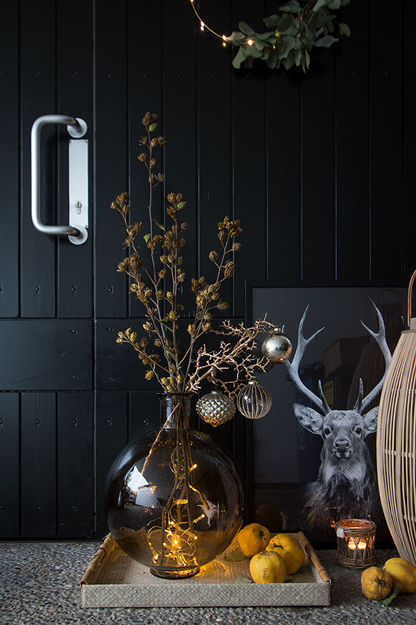 weihnachtlich geschmückter Winterast vor dem Hauseingang