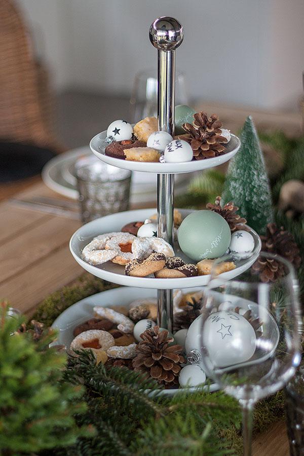 Etagere mit Weihnachtsplätzchen, Kugeln und Zapfen
