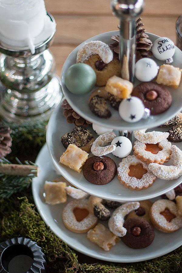 Weihnachtstischdeko mit Etagere mit Plätzchen