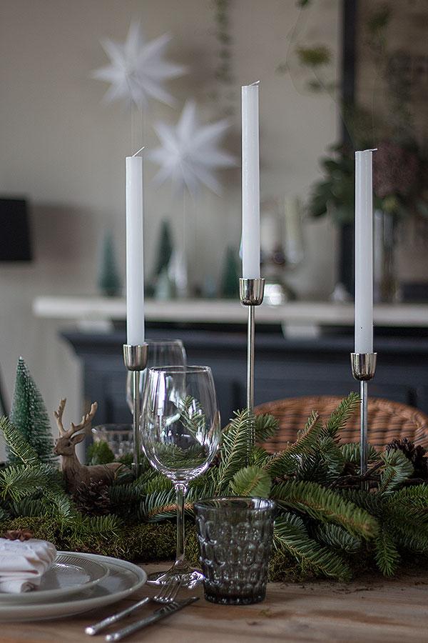 Weihnachtstischdeko mit Tanne, Moos und Zapfen
