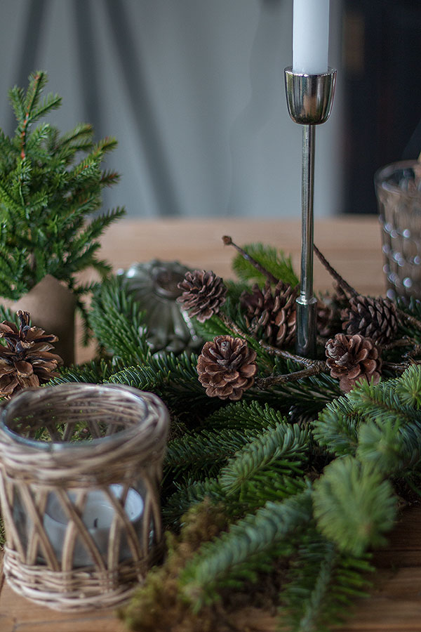 Weihnachtstischdeko mit Tanne und Zapfen