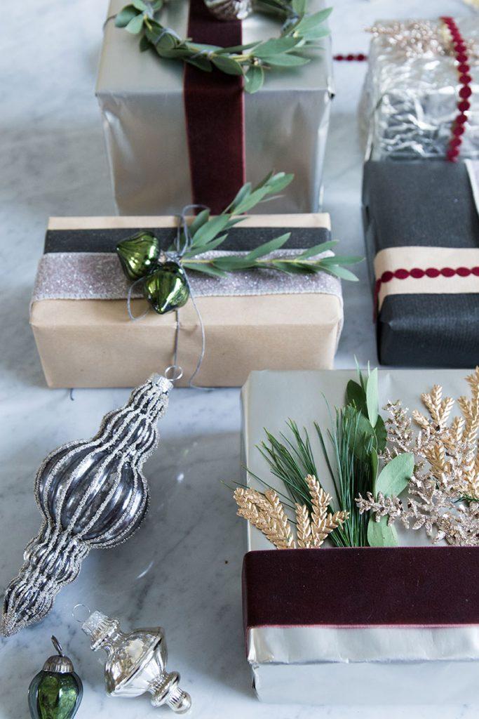 kreative-weihnachtsgeschenkverpackung-in-gold-und-rot