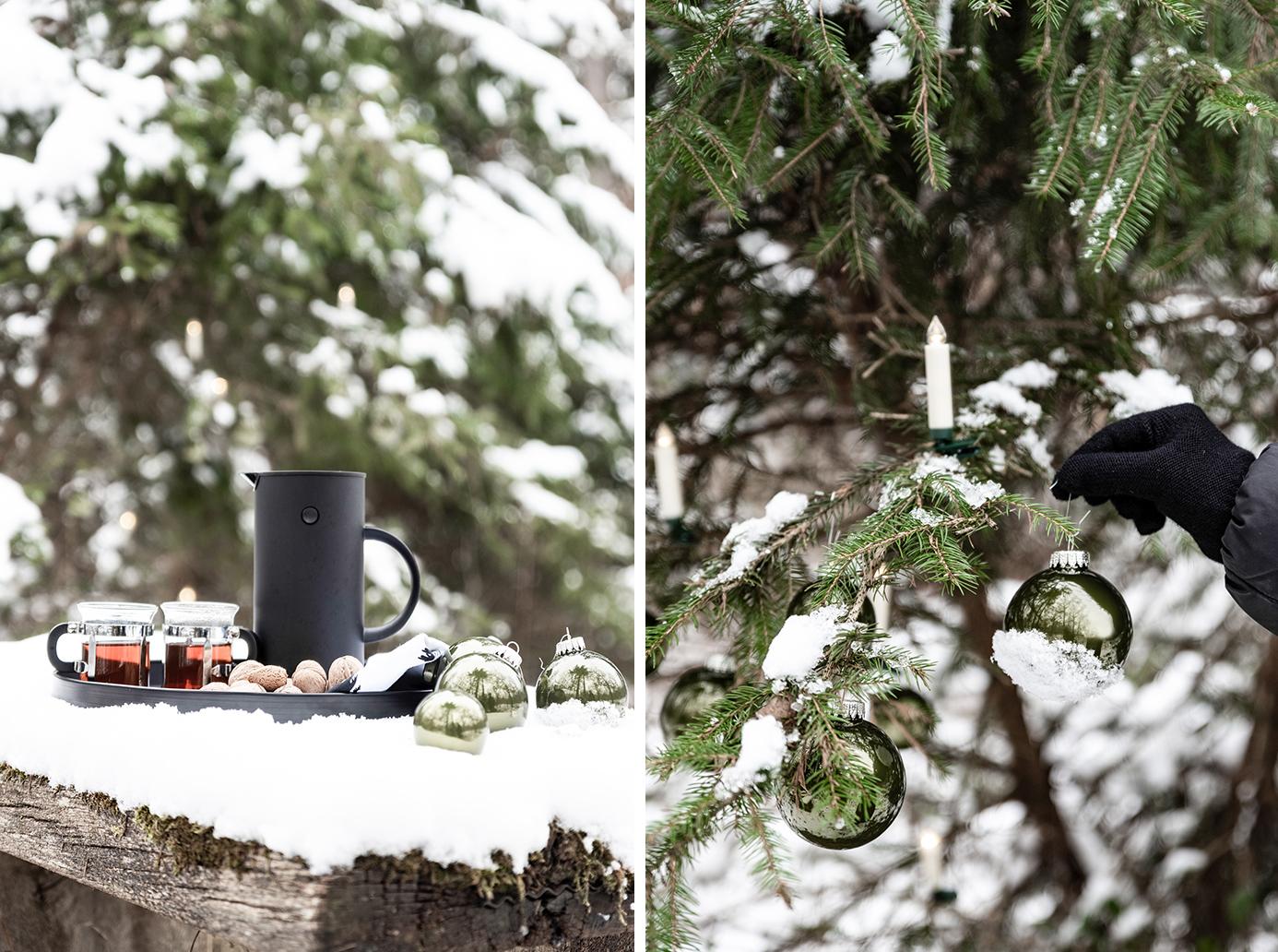 Einen Outdoorbaum mit Weihnachtskugeln schmücken.