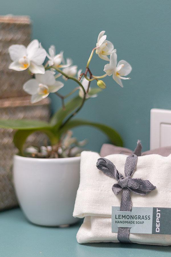 frühlingshaftes Bad in türkis und rosa mit Pflanzen
