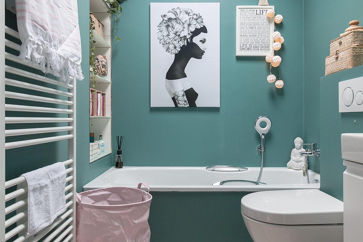 frühlingshaftes Bad mit den Farben türkis und rosa
