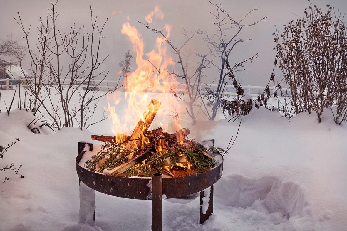 Lagerfeuerromantik im Winter.