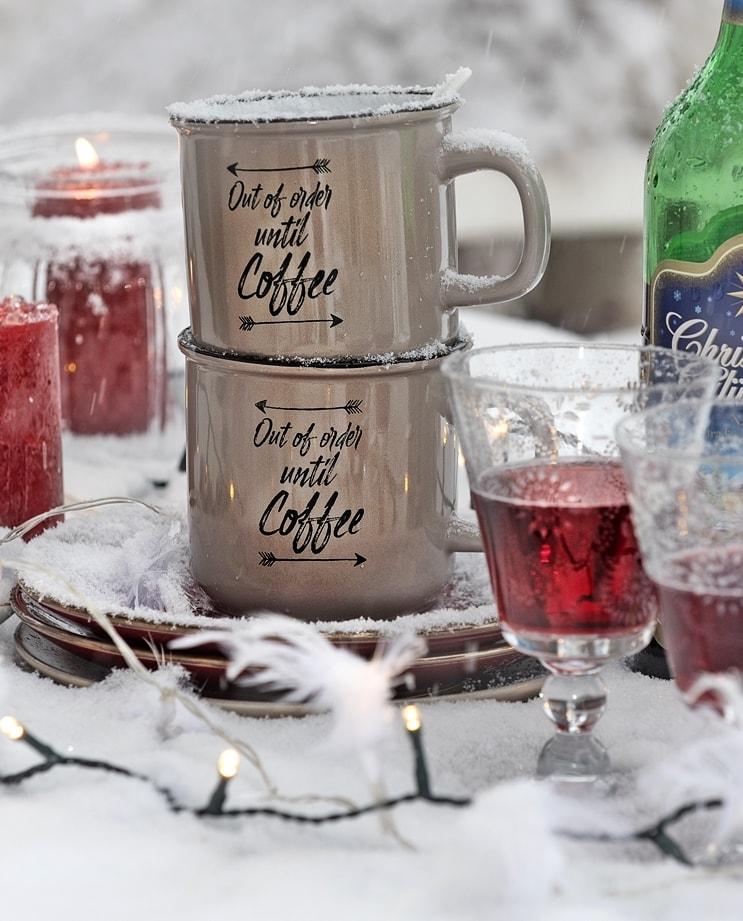 Dekoratives Geschirr für Outdoor-Party im Winter.