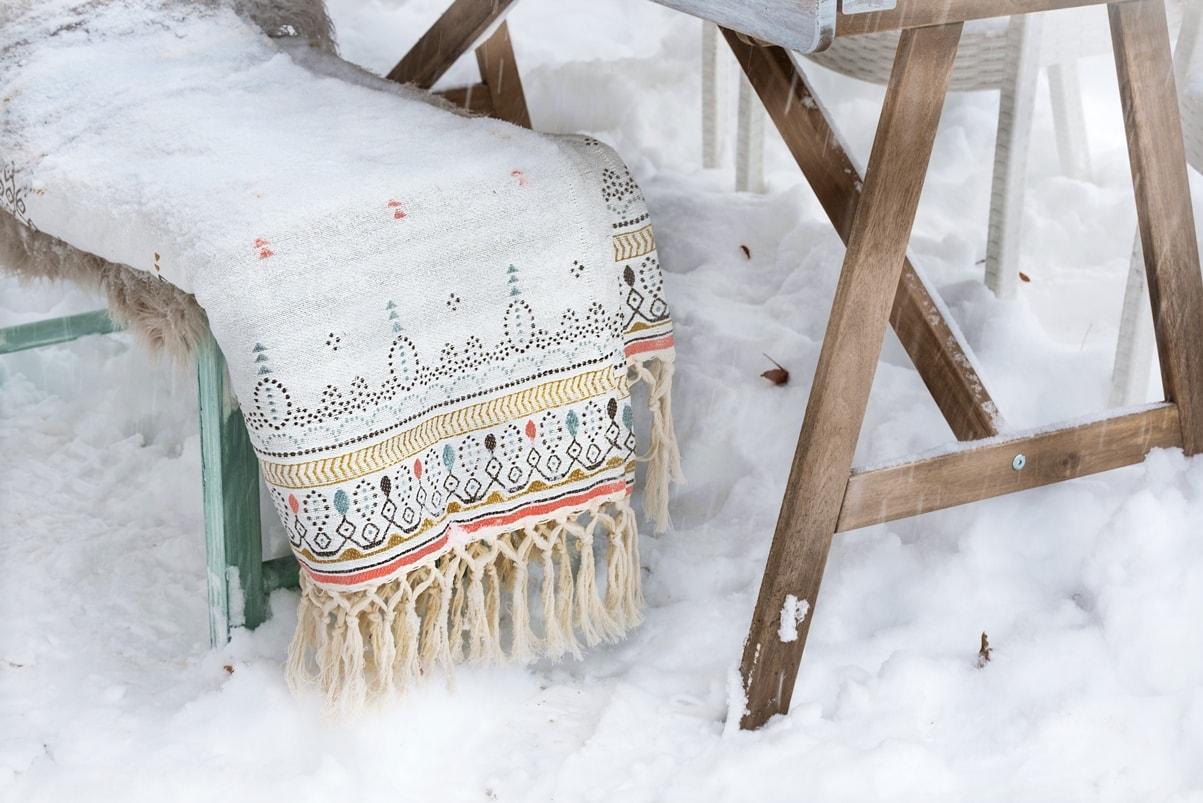 Warme Decken und Felle für die Outdoor-Party im Winter.