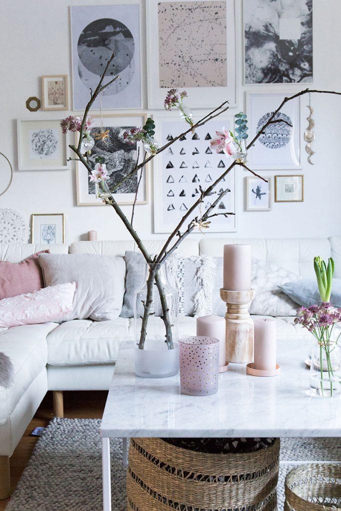 wohnzimmer-mit-frühlingsdeko-in-rosetönen