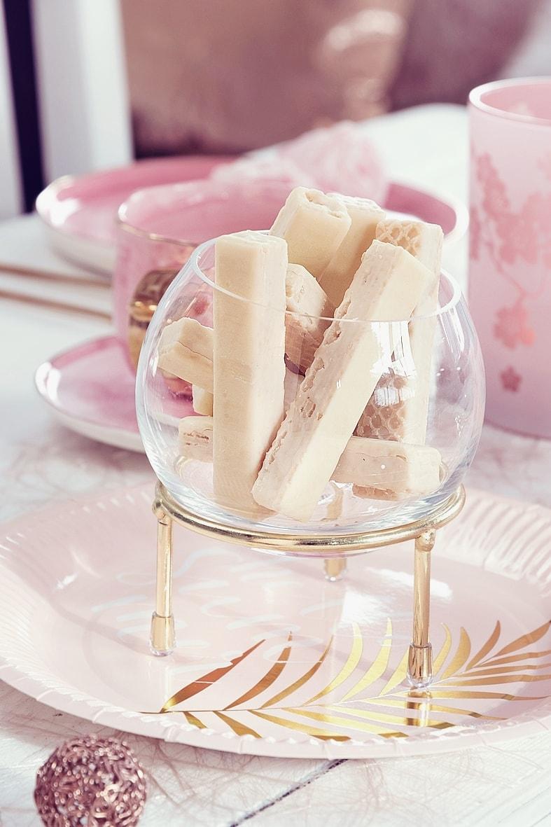 Kugelvase befüllt mit Süßigkeiten.