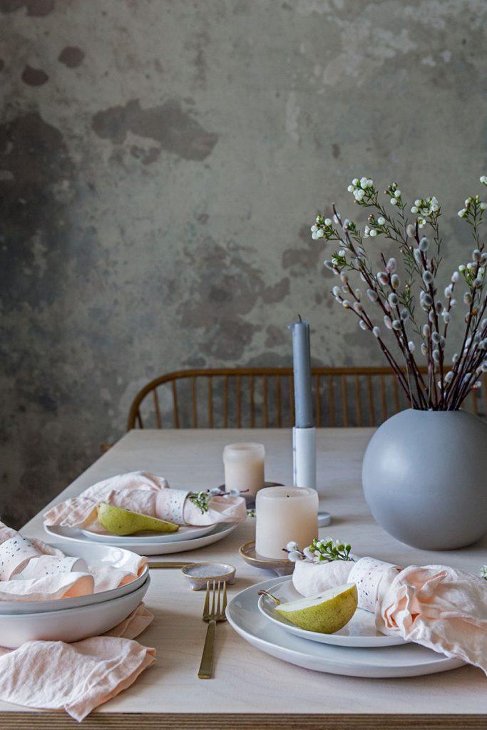 tischdekoration-in-zarte-rosetoenen-mit-steingutggeschirr