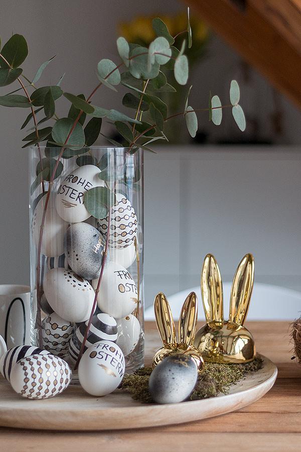 Ostereier gestalten in Schwarz, Weiß, Gold und in einer Vase dekorieren mit Zweigen