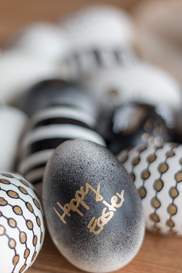 Ostereier gestalten in Schwarz, Weiß, Gold mit Acryllack