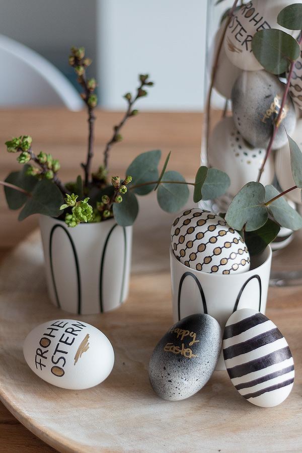 Ostereier gestalten mit Acryllack und Permanent Markern in Schwarz, Weiß, Gold