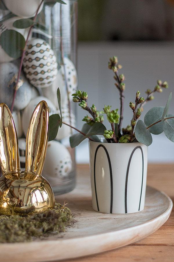 Ostertischdeko mit selbst gestalteten Ostereiern in Schwarz, Weiß, Gold