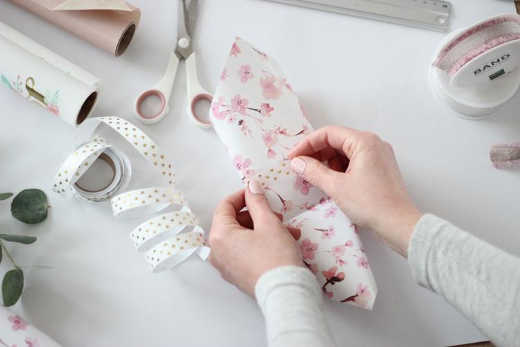 Blumentasche- Papier mit Washitape fixieren