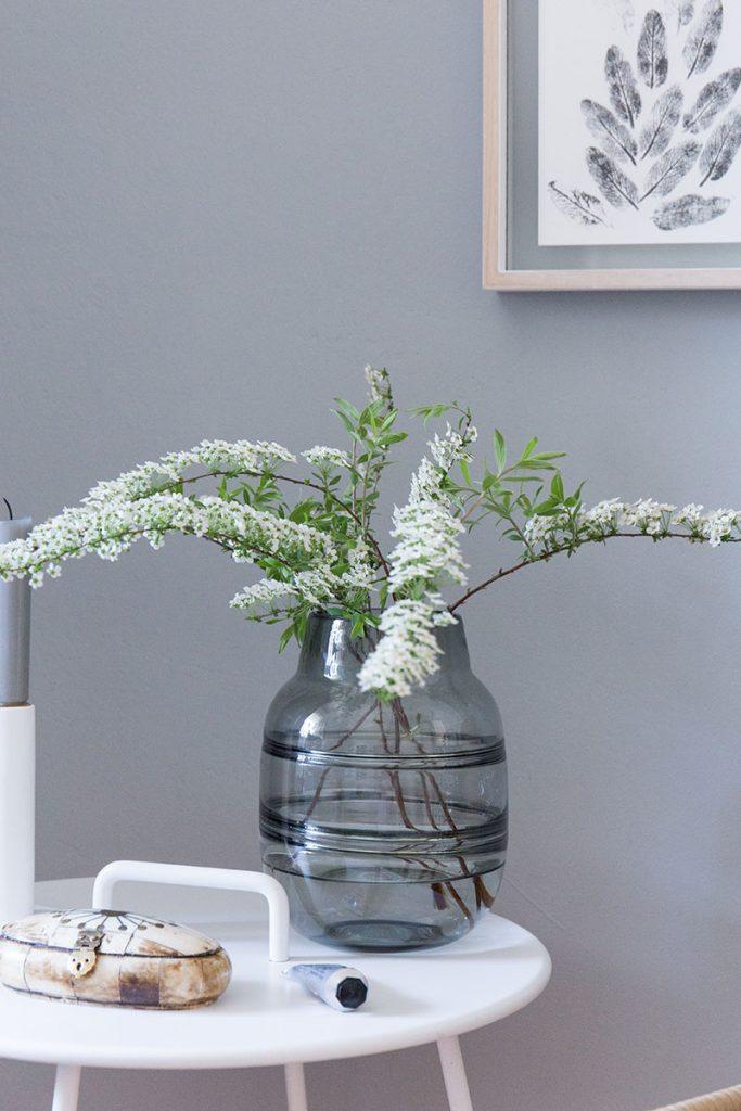 graue-glasvase-im-minimalistischen-look