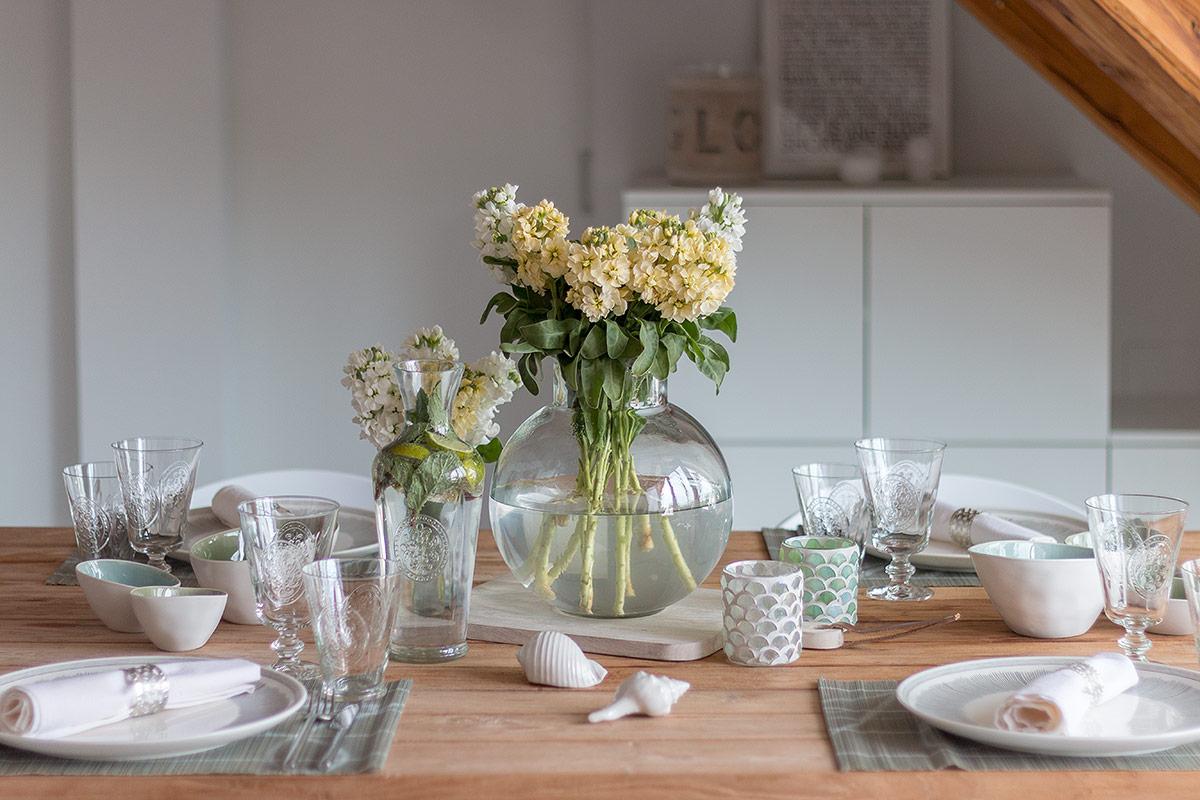 Tischdeko zum Spargelessen mit Levkojen in gelb und weiß