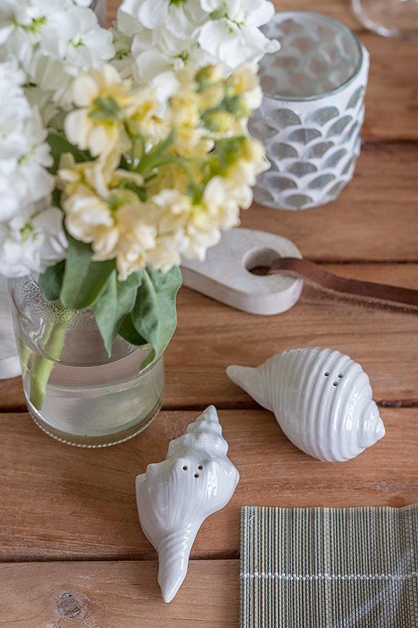 Tischdeko zum Spargelessen mit Salz-und Pfefferstreuer in Muschelform
