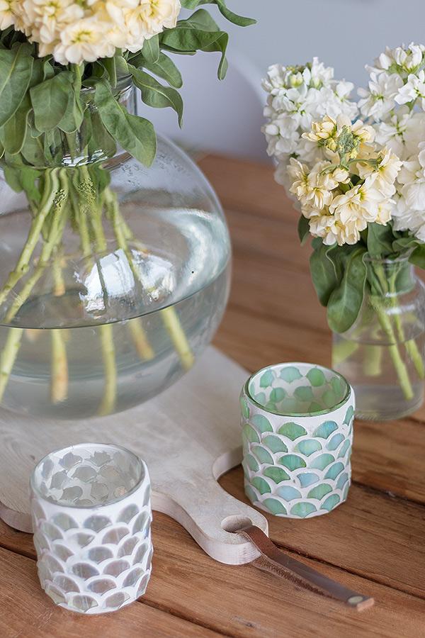 Tischdeko zum Spargelessen mit Windlichtern und Vasen mit Levkojen von DEPOT