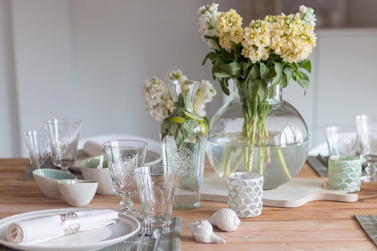 Tischdeko zum Spargelessen mit weißen und gelben Levkojen