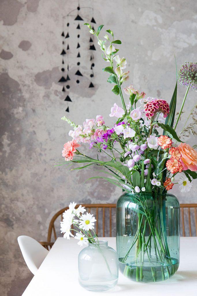 bunter-fruehlingbumenstrauss-in-gruener-glasvase