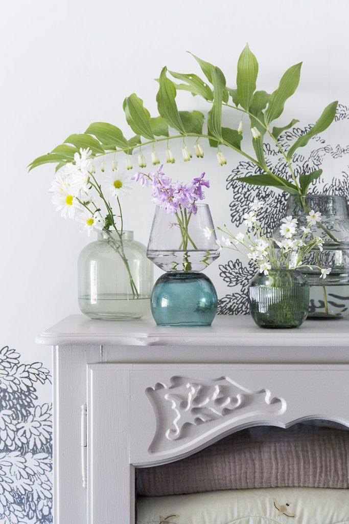 dekorieren-mit-bunten-glasvasen