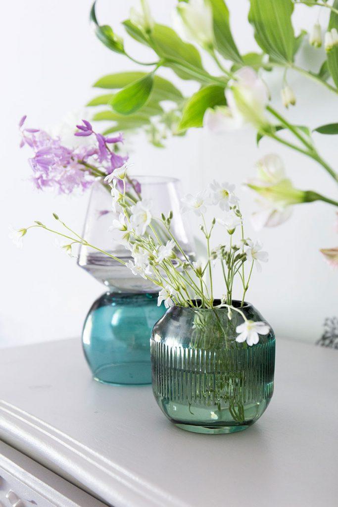fruehlingblumen-in-bunten-glasvasen